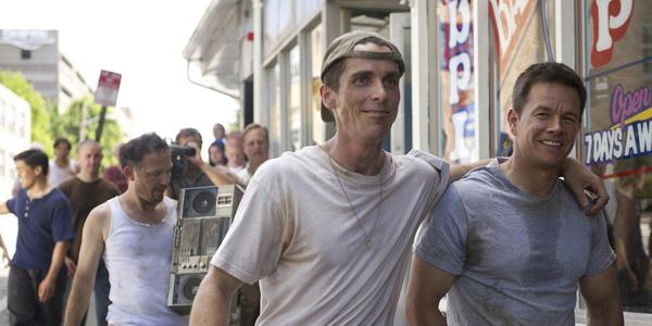 Christian Bale et Mark Walhberg dans Fighter